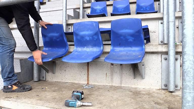De stoeltjes worden teruggeplaatst