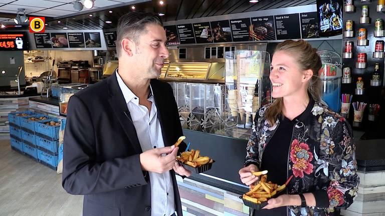 Verslaggever Ronald Sträter eet een frietje met ex-international Kirsten van de Ven.