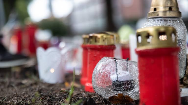 Na het ongeval werden bloemen, kaarsen en knuffels neergelegd langs het spoor. (Foto: Kevin Cordewener)