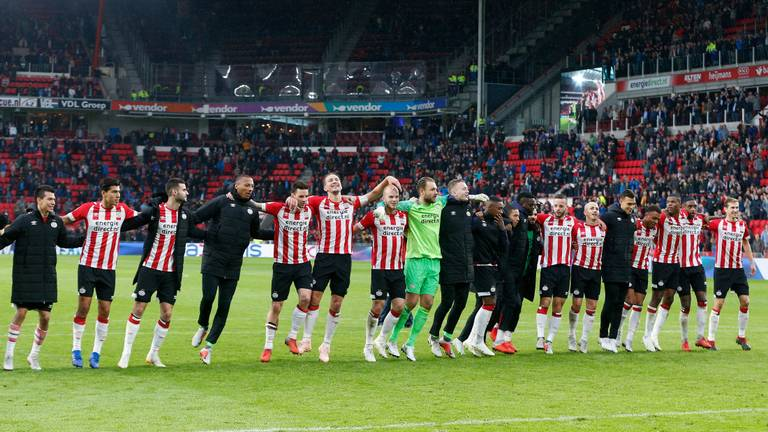 De spelers van PSV vieren in september 2018 samen met de supporters de 3-0 zege op Ajax. (Foto: VI Images)