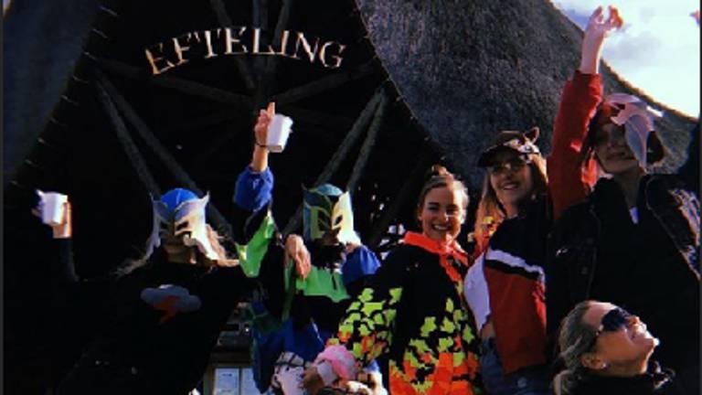 De familie Hadid voor de ingang van de Efteling (Foto: Instagram)