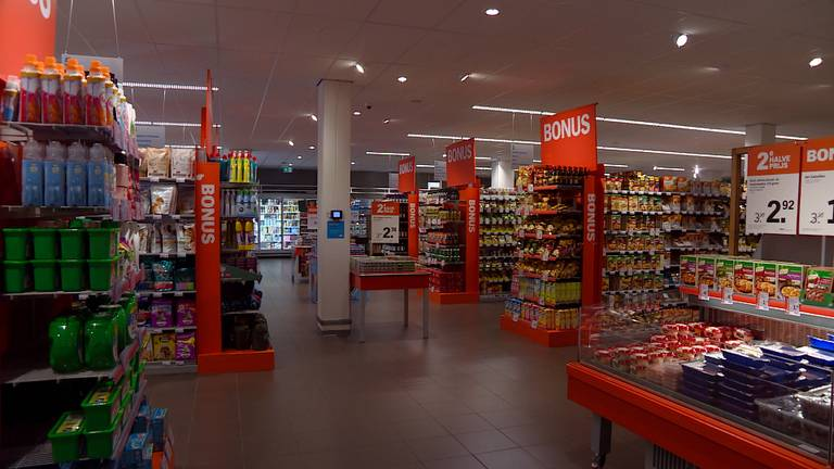 De verlichting in de supermarkt is minder fel. (foto: Raymond Merkx)
