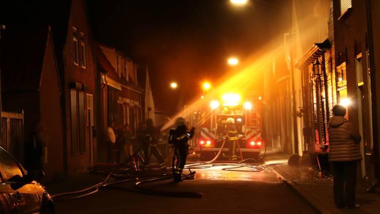De brandweer bestreed het vuur. (Foto: Danny van Schijndel)
