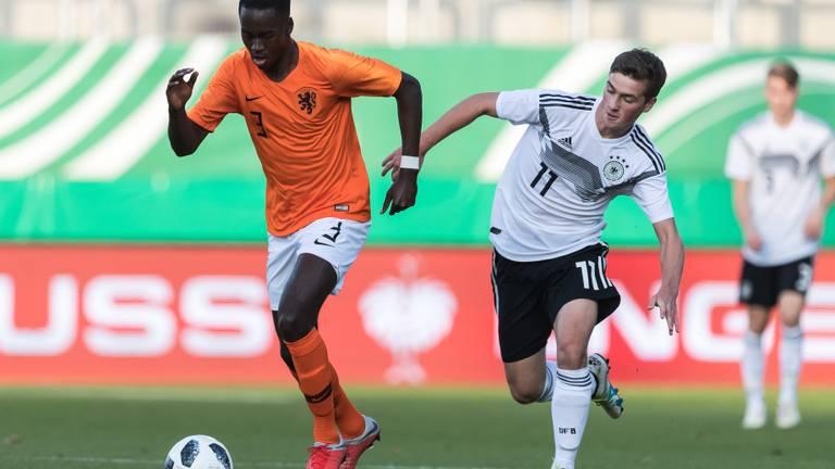 Jordan Teze in duel tijdens Nederland-Duitsland (foto: VI Images).