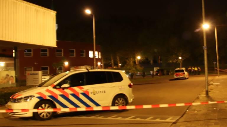 De straat in Bergen op Zoom is afgezet met politielint. (Foto: Danny van Schijndel)