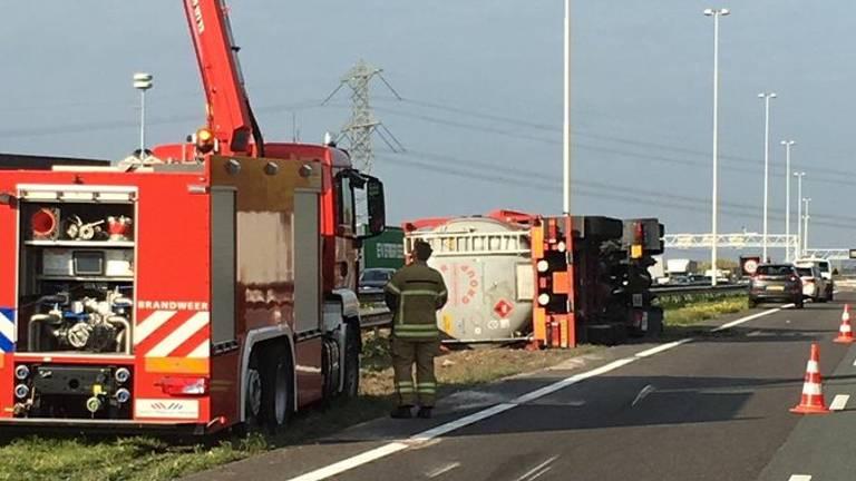 De gekantelde tankwagen lekt druppelsgewijs vloeistof. (Foto: Twitter Veiligheidsregio ZHZ)
