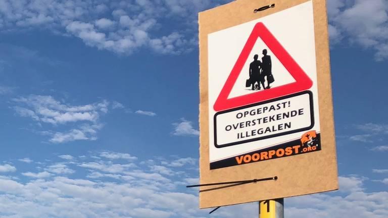 Deze protestborden werden zaterdag opgehangen op de parkeerplaats Streepland (Foto: Erik Peeters)