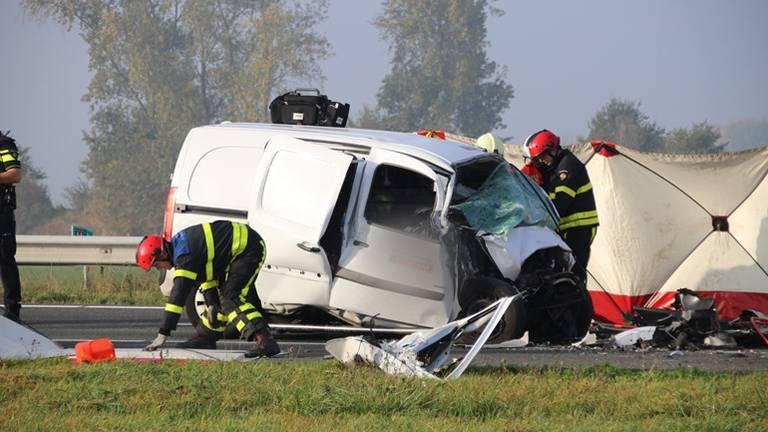 Een vrachtwagen en een bestelbusje botsten woensdag op elkaar bij Woensdrecht. (Foto: Danny van Schijndel).