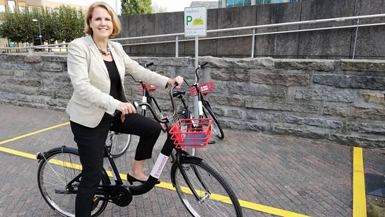 Wethouder mobiliteit Monique List op een FlickBike (Foto: Gemeente Eindhoven)