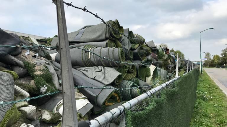 Kunstgrasmatten opgestapeld bij TUF Recycling in Dongen. (Foto: Omroep Brabant)