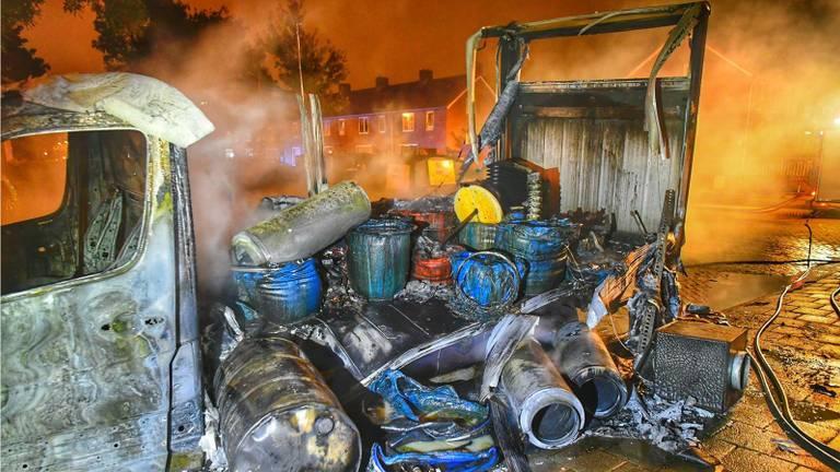 De uitgebrande vrachtwagen met drugsafval in de Offenbachlaan (Foto: Rico Vogels/SQ Vision).