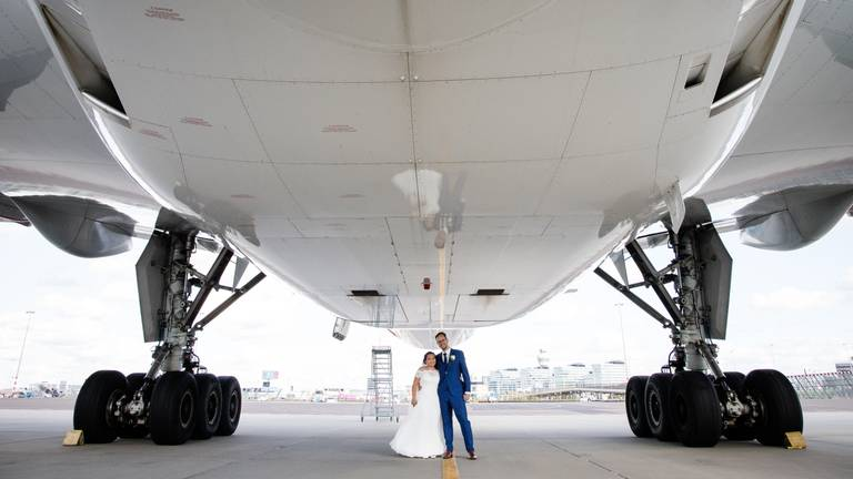 Pieter e Jocelyn onder een Boeing 777-300. (Foto: So Fine Photography / Sophie de Bie - den Heijer)