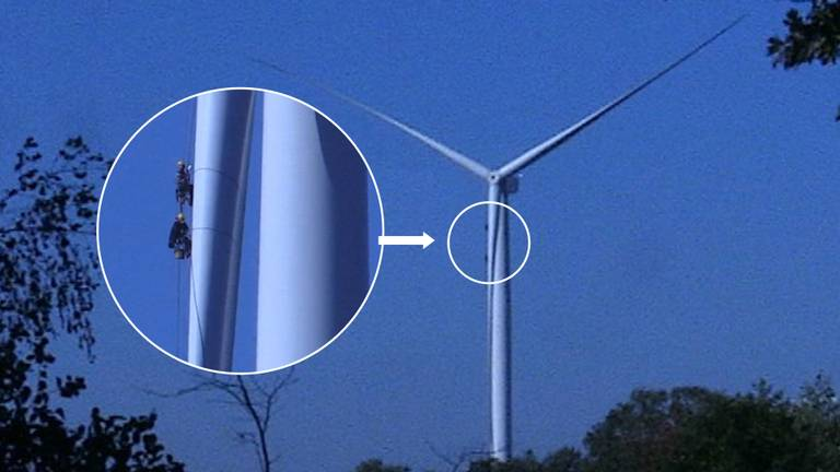 De windmolenreparateurs ziet u bij de pijl.