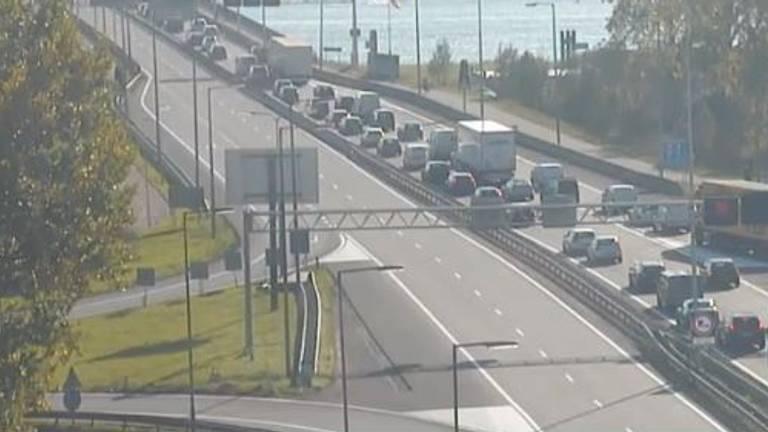 De A27 is in beide richtingen dicht door een ongeluk met een vrachtwagen. (Foto: Rijkswaterstaat)