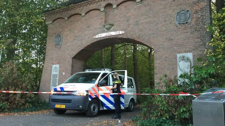 De politie doet onderzoek naar het drugslab in het voormalig klooster. (Foto: Bart Meesters)