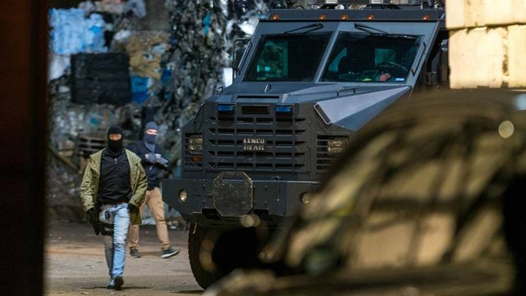 De politie viel Van Puijfelik Recycling binnen met een gepantserd voertuig