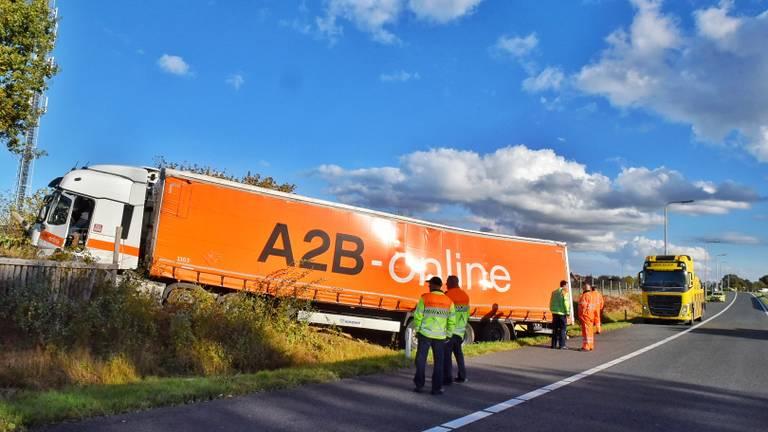 De uit koers geraakte vrachtwagen (foto: Toby de Kort/De Kort Media).