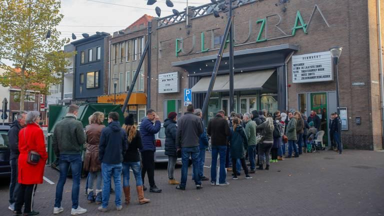 De rij voor Pand P bestond uit zo'n 150 mensen. (Foto: Arno van der Linden/SQ Vision)