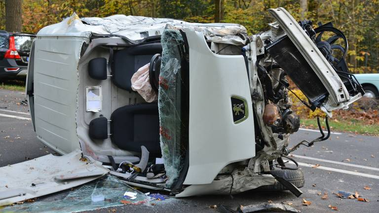 De auto is total loss (foto: Perry Roovers/SQ Vision Mediaprodukties)