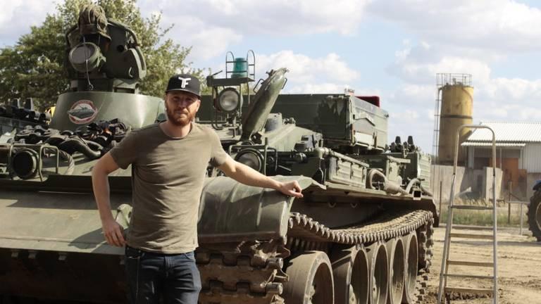 Eugène Hendrikx bij zijn T-55 tank