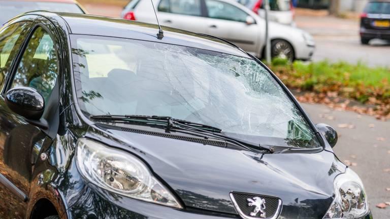 De vrouw belandde op de voorruit van de auto en vervolgens op de weg. (Foto: Sem van Rijssel / SQ Vision)