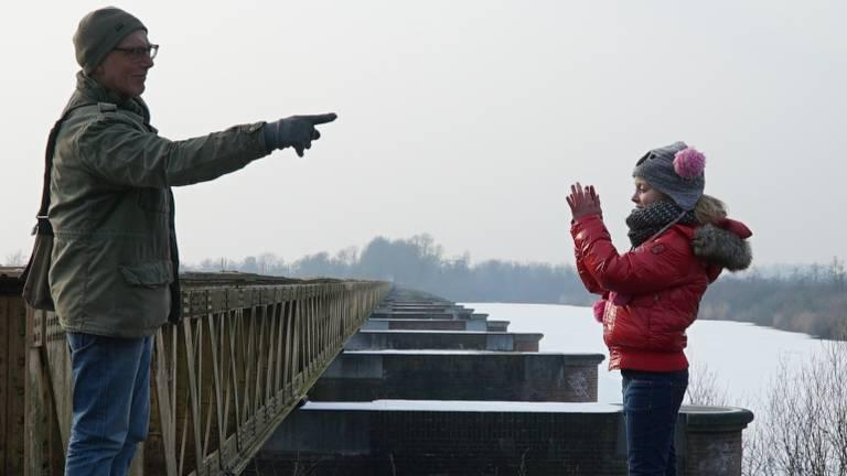 Oudere man en kind vertellen elkaar hun verhaal (Foto: Goud van Brabant)