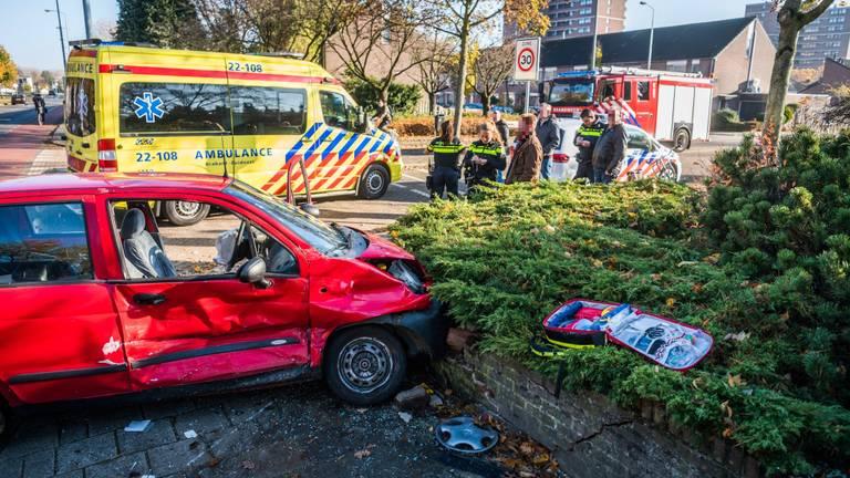 De auto raakte na de botsing een muurtje (foto: Sem van Rijssel/SQ Vision Mediaprodukties)