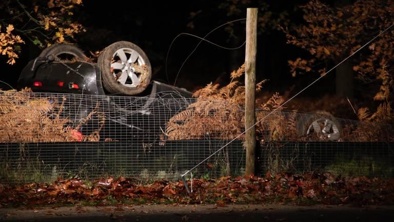De auto raakte door nog onbekende reden van de weg. (Foto: Bart Meesters)