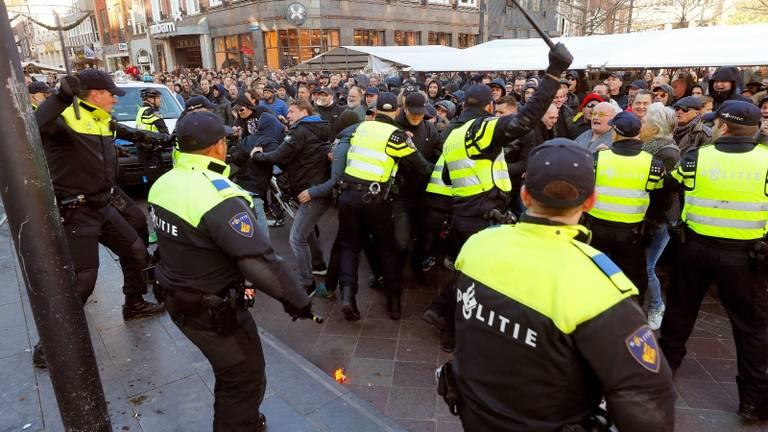 Pro-Zwarte Piet-demonstranten wilden tegenstanders te lijf gaan. (Foto: Dave Hendriks)