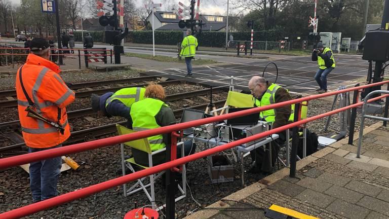 Onderzoekers aan het werk langs het spoor in Oss