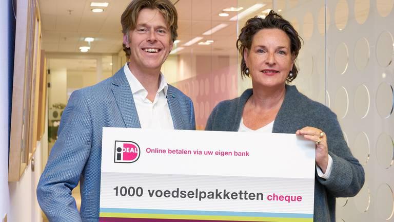 De cheque voor eerste duizend voedselpakketten wordt overhandigd (Foto: iDEAL)
