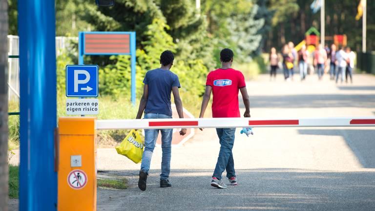Mensen bij het asielzoekerscentrum in Budel. (Foto: ANP)