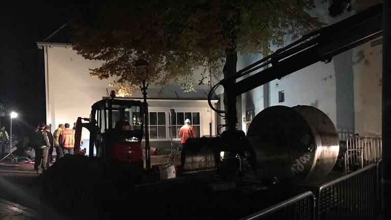 De werkzaamheden gaan tot laat in de avond door. (foto: Raymond Merkx)