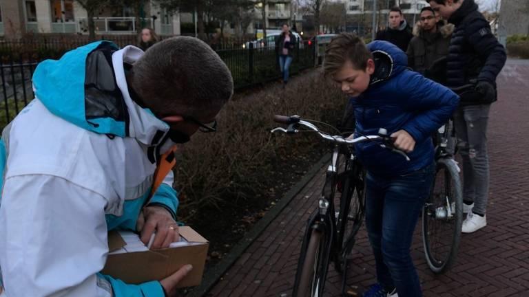 Jos Beurskens van Veilig Verkeer Nederland controleert alle fietsen heel nauwkeurig. (foto: Eva de Schipper)