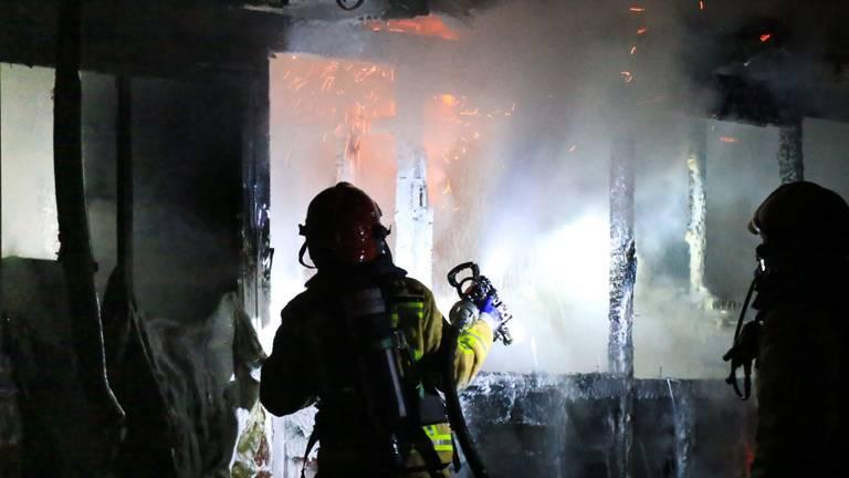 De brandweer bestreed het vuur. (Foto: Harrie Grijseels)