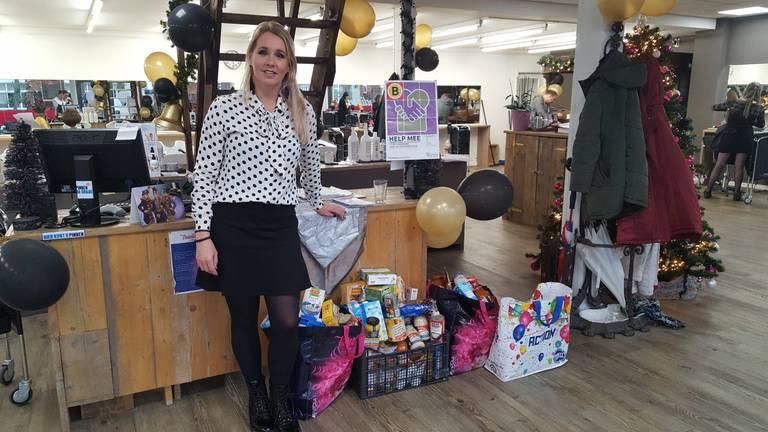 Bedrijfsleider Peggy bij de producten voor de Voedselbank. (Foto: Petra van Middendorp)