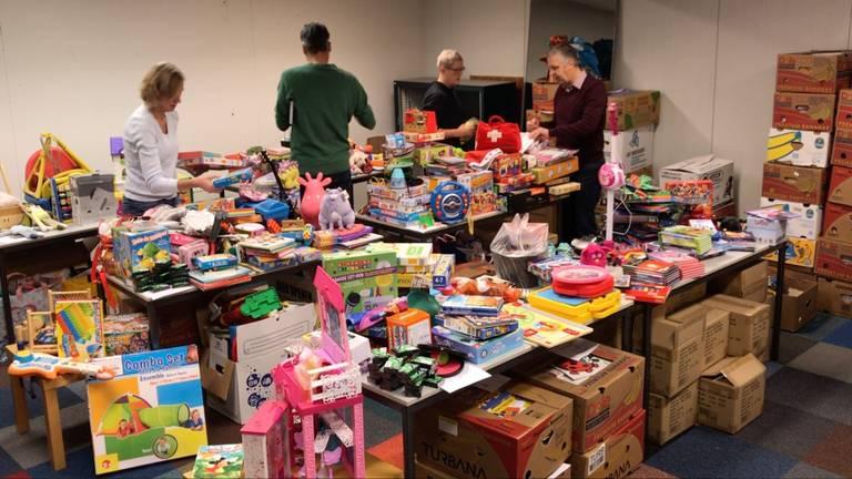 """Het """"winkeltje"""" waar de kinderen, ouders en opa's en oma's straks de cadeaus uit mogen zoeken."""