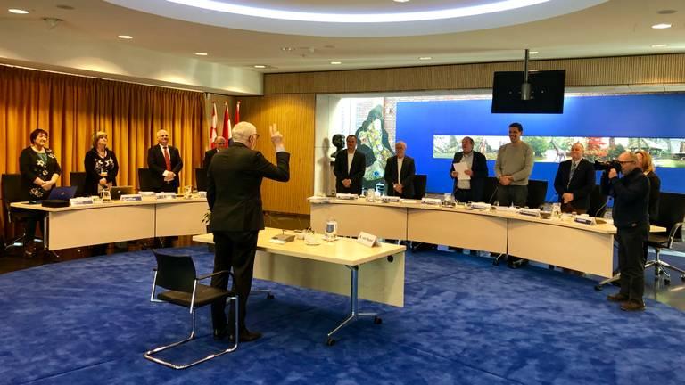 Burgemeester Van Soest legt de eed af voor zijn verhoor door de commissie (foto: Raoul Cartens).