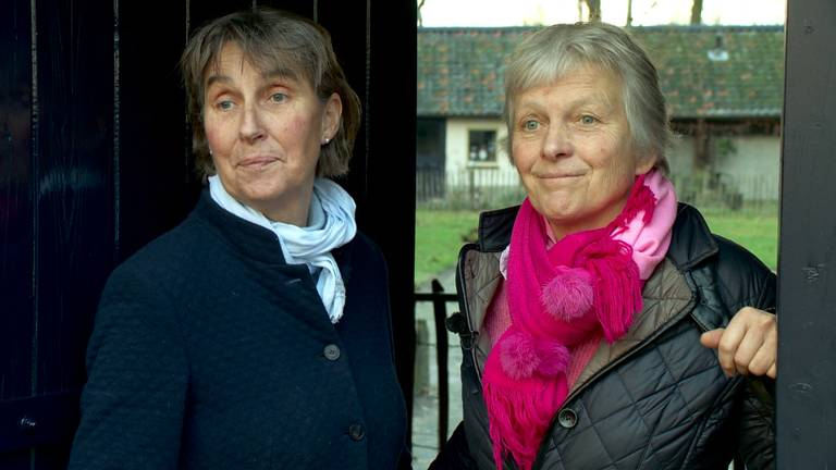 Noudje en Doris vangen ouderen met Alzheimer op.