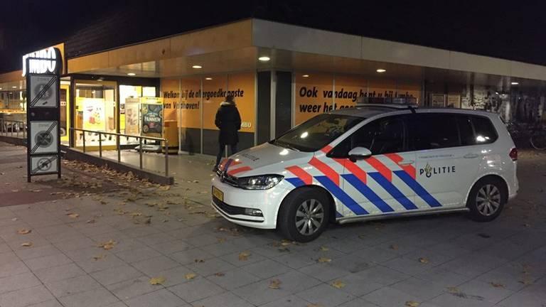 De politie bij de supermarkt. (Foto: Hans van Hamersveld