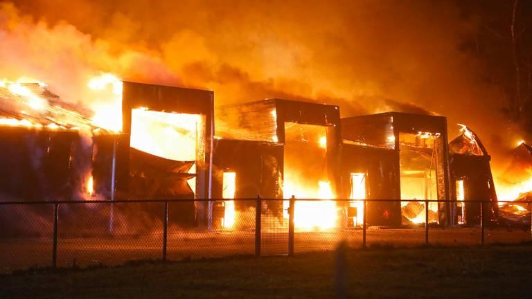 Het vuur verwoestte de loods. (Foto: Gabor Heeres/SQ Vision)