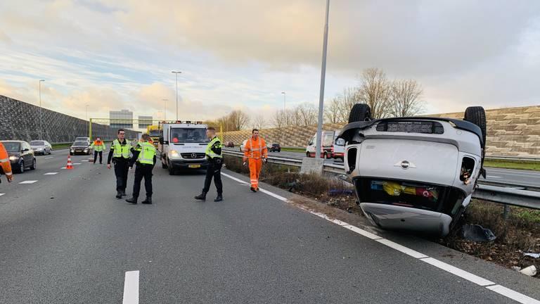 Een auto sloeg om vlakbij een lichtmast (Foto: AS Media)