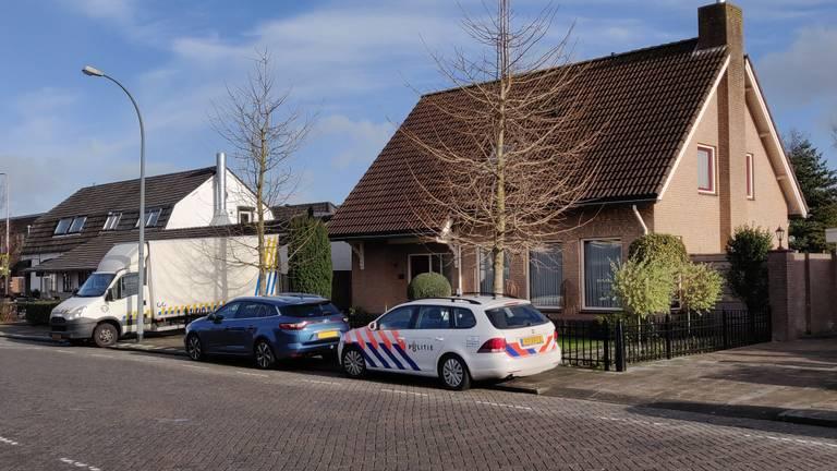 De politie nam 2,4 kilo gedroogde henneptoppen in beslag (foto: De Kort Media).