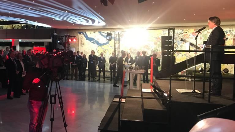 Wim van de Donk spreekt alle aanwezigen toe tijdens de nieuwjaarsreceptie op het Provinciehuis. (foto: Eva de Schipper)