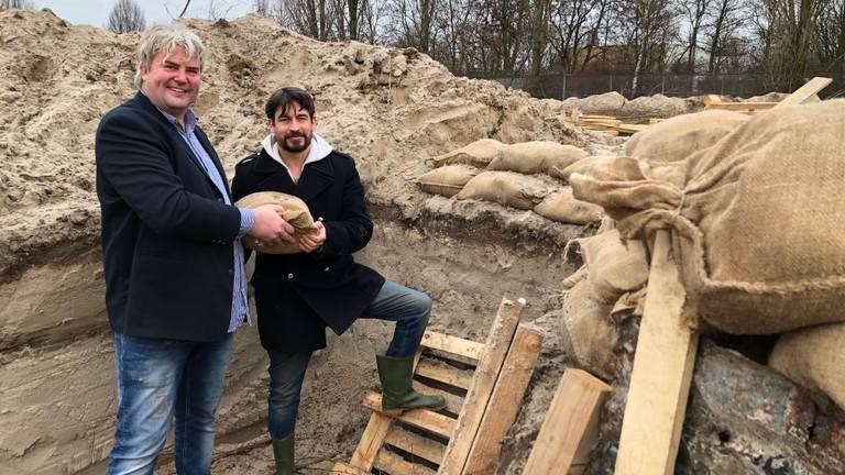 Initiatiefnemers Pieter Pronk (l) en Klaas van Eijkeren in de loopgraven in Den Bosch.