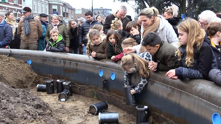 Kinderen begraven hun speelgoed in bronzen Emmers. (foto: Raymond Merkx).