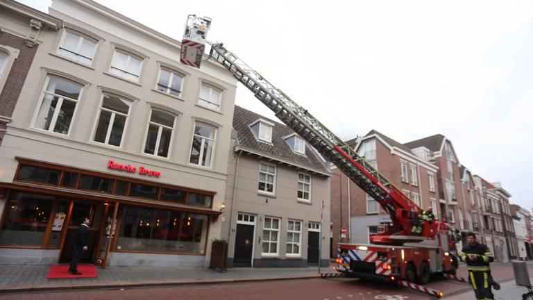 De burgemeester werd met een hoogwerker uit zijn appartement gehaald (foto: Bart Meesters/Meesters Multi Media).
