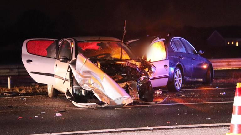 Een BMW raakte in een slip, vier auto's betrokken bij kop-staart botsing op de A58 (foto: Renato Hermsen/De Kort media).