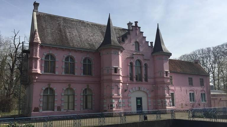 Tonnen voor het roze kasteel in Drunen (Foto: archief)