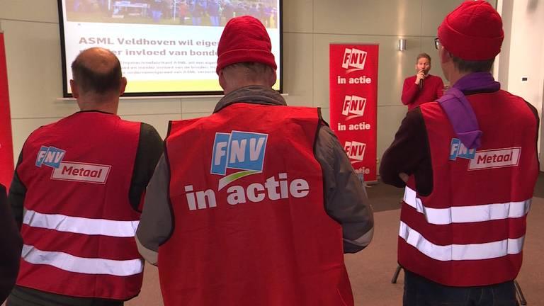 Stakende ASML-medewerkers worden toegesproken door de vakbonden (foto: Raoul Cartens)